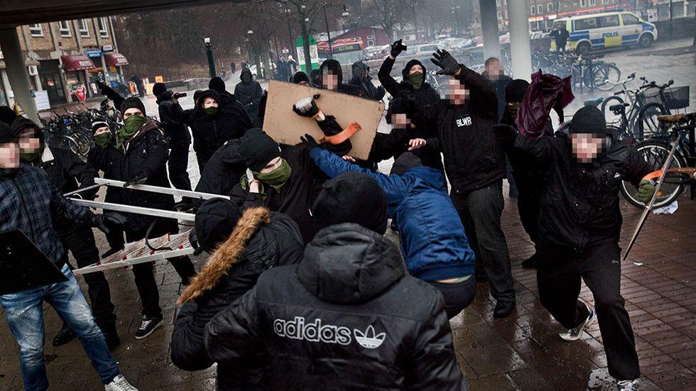 Ett 50-tal högerextremister dök upp och attackerade en fredlig demonstration i Stockholmsförorten Kärrtorp.