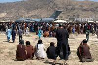 Hundratals människor samlades i måndags intill ett amerikansk flygplan i Kabul.
