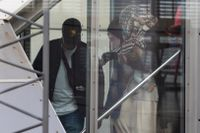 Tre svenska IS-kvinnor och deras sex barn som utvisats från Syrien landade på Arlanda.