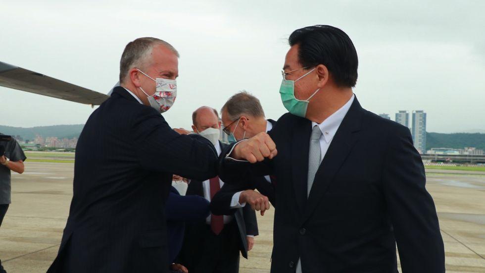 USA-senatorn Dan Sullivan hälsar coronasäkert på Taiwans utrikesminister Joseph Wu.