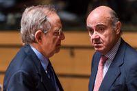 Italiens finansminister Pier Carlo Padoan, till vänster, i samspråk med Spaniens ekonomiminister Luis de Guindos i samband med att euroländernas finansministrar träffades i Luxemburg på fredagen. Akrivbild.