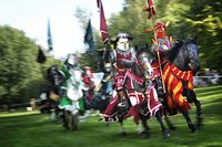 Tornerspel med rustningsförsedda riddare lockade storpublik i Rissne.