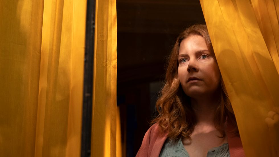 """Amy Adams i """"Kvinnan i fönstret""""."""