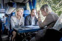 Stefan Löfven på valturné inför riksdagsvalet 2014. Magdalena Andersson (tv) och Margot Wallström talar med Löfven i turnébussen. Under valturnén lovade Löfven att ILO 169 ska ratificeras och att arbetet skulle påbörjas under den kommande mandatperioden.