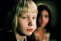 """I filmversionen av """"Låt den rätte komma in"""" från 2008 blir mobbade Oskar (Kåre Hedebrant) vän med vampyren Eli (Lina Leandersson)."""