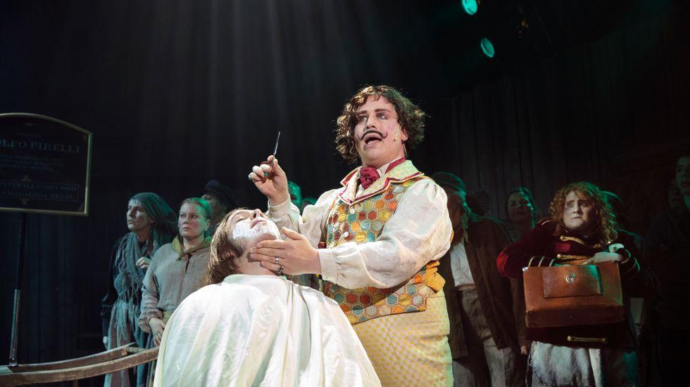"""Markus Virta och ensemblen i """"Sweeney Todd""""."""