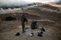 Israeliska soldater spanar ut över en konvoj utanför centrala Gazaremsan.
