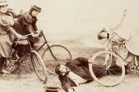 Rapporter om cykelolyckor spädde på kritiken om att cykeln var samhällsfarlig. Iscensatt fotografi från cirka 1900.