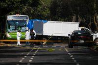 Polis på plats vid brottscenen, med en lastbil som blockerat vägen för polischefen när han attackerades.