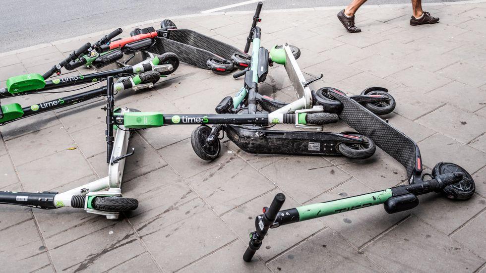 SvD:s etikettexpert Sofia Larsson bekymrar sig över beteendet som många elsparkcykelåkare ägnar sig åt.