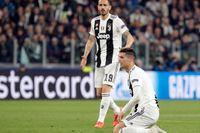 Cristiano Ronaldo, närmast, och Leonardo Bonucci, deppar efter förlusten mot Ajax.