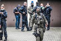 På bilden syns hur tysk polis gör en insats i Essen i operationen Trojan Shield.
