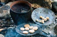Kokning av kulbröd i lerkruka.