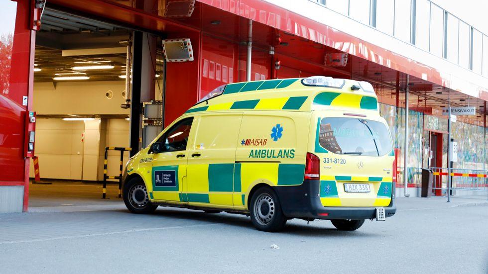 Ambulans på väg in på akuten vid Karolinska sjukhuset i Solna.