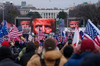 Anhängare till den dåvarande presidenten Donald Trump deltar i ett massmöte i Washington DC den 6 januari, före den våldsamma stormningen av kongressen.