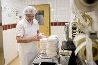 Lars Anderberg driver Vilhelmsdals gårdsmejeri tillsammans med sin fru Christine. Här packar Lars ost till en av sina kunder i Stockholm.