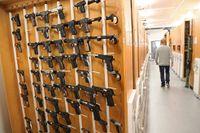 På NFC har en stor mängd vapen provskjutits inom ramen för Palmeutredningen. Här en bild från vapengruppens samling med olika vapenmodeller, närmast i bild pistoler. Arkivbild.
