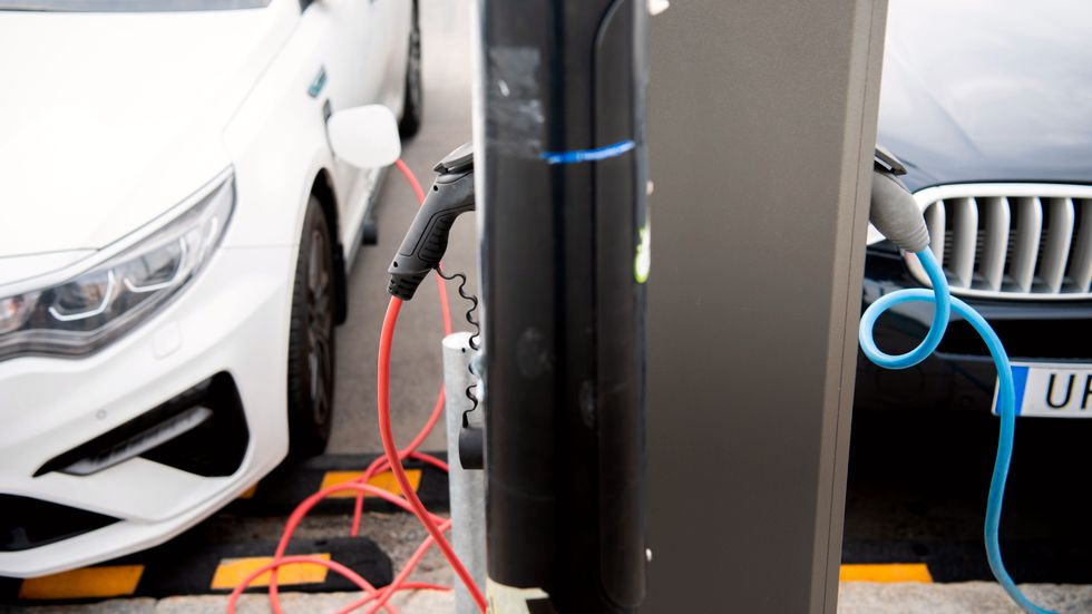 Fler elbilar ställer krav på batteritillverkning och i förlängningen utvinning av metaller som används till dem. Arkivbild.