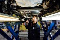 Morgan Isacsson inspekterar en Toyota Yaris på bilprovningen i Rissne.