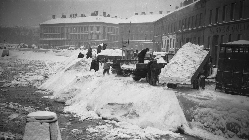 Göteborg omkring 1942. Snömassor tippas i Rosenlundskanalen.