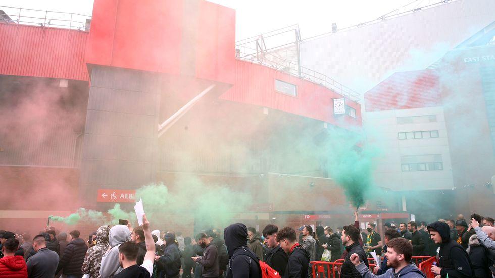 Manchester Uniteds supportrar tog sig förbi avspärrningarna vid Old Trafford och stormade arenan i söndags. Den uppskjutna matchen ska spelas nästa vecka.