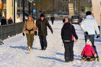 Folk promenerar i vinterkyla på Norra Hammarby kajen på lördagen. Då låg temperaturen på sina håll runt -40 grader i norra Sverige, men steg under dagen till mellan 22 och 35 minusgrader. Kallast var det i Gunnarn i Lappland där man hade -42,5 grader. I Götaland visade termometern 8-15 minusgrader.