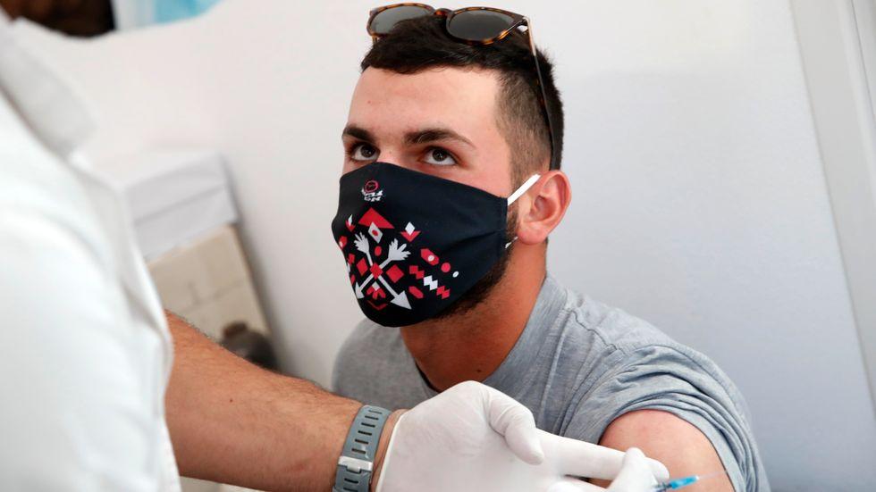 Christos Nomikos, 20, vaccinerar sig på ön Schinoussa i Grekland.