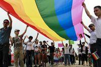 Hbtq-aktivister håller upp en regnbågsflagga i staden Changsha i södra Kina. Arkivbild.