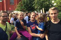 Familjenen Hallquist Solders (Andreas Solders, Sigge, Emelie Hallquist, Irma och Simon Solders) kom till Kungsträdgården för att visa att alla i det här landet får vara här.