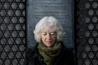 Margit Silberstein fotograferad vid synagogan i Stockholm.