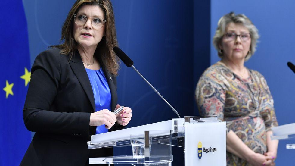 Arbetsmarknadsminister Eva Nordmark (S) och Arbetsmiljöverkets generaldirektör Erna Zelmin-Ekenhem vid en pressträff om smittspridning på arbetsplatser.