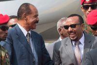 Abiy Ahmed Ali (till  höger), pristagare och statsminister i Etiopien, välkomnas till Eritrea av president Isaias Afwerki efter det historiska fredsavalet.