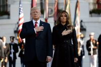 President Donald Trump och hans hustru Melania iakttar en tyst minut utanför Vita huset på 16-årsdagen av 11 september-attackerna.