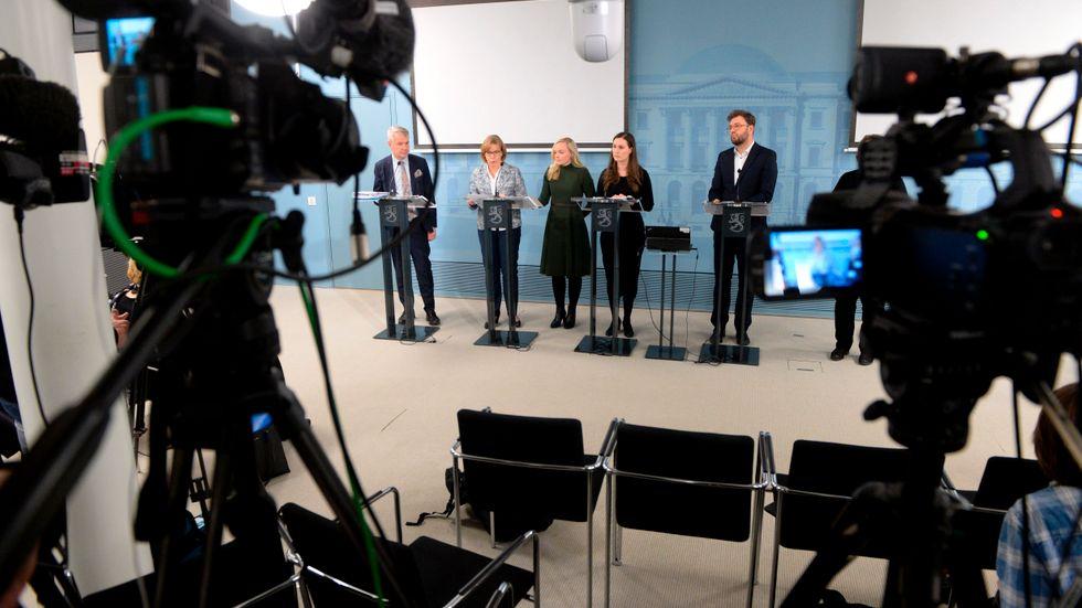 Finlands statsminister Sanna Marin, nummer två i bild från höger, presenterade reserestriktionerna på en presskonferens där många stolar gapade tomma.