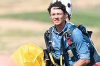 Nils van der Poel valde att anlända med fallskärm till presskonferensen med anledning av utdelningen av årets Victoriapris.