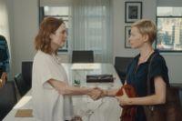 "Julianne Moore och Michelle Williams i ""After the wedding""."