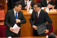 Kinas president Xi Jinping och premiärminister Li Keqiang samtalar efter öppningen av folkkongressen.