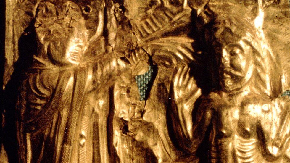 Harald Blåtand döps av missionären Popo. Detalj från dopfunt i Tamdrups kyrka från omkring 1100.
