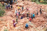 En familj i Chimanimani i Zimbabwe letar efter sin son som begravts i leran efter att cyklonen Idai slagit till.