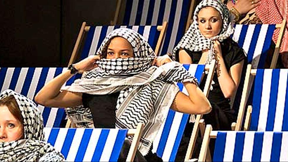Frida Röhl, Astrid Kakuli och Asena Tegmen - samtliga i rollen som Aisha. Även Sabina Nader Hornuz gör samma roll.