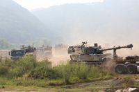 Sydkoreanska haubitsar som flyttas till ställningar vid Paju, nära gränsen till Nordkorea.