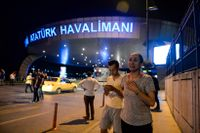 Chockade resenärer utanför Atatürk-flygplatsen efter terroraktionen som krävde 41 liv.