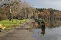 Stora regnmängder har fått vattnet att stiga över kajkanten i stadsparken i Arvika.