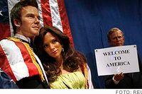 David och Victoria Beckham i vax välkomnas av George W. Bush på Madame Tussauds.
