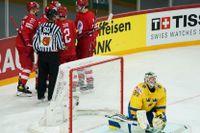 Ryskt jubel och svenskt depp, målvakten Adam Reideborn, i VM-fiaskot i Riga. Arkivbild.