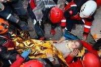 En treårig flicka har hittats vid liv fyra dagar efter skalvet i turkiska Izmir.