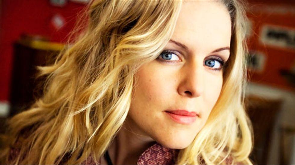 Sofia Karlssons texter är lyriskt avskalade, obönhörligt inriktade på att ge ett omedelbart och nära intryck för upplevelsen.
