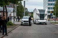 Start up-bolaget Einrides självkörande elektriska lastfordon T-pod som åker runt med gods mellan två lagerbyggnader. Arkivbild
