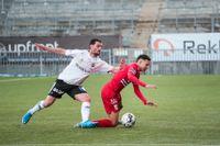 Örebros Agon Mehmeti (till vänster) och IFK Göteborgs Alexander Jallow i duell under den mållösa premiären på Behrn Arena.