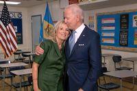 Demokraternas presidentkandidat Joe Biden med sin hustru Jill Biden efter hennes tal under partiets konvent.